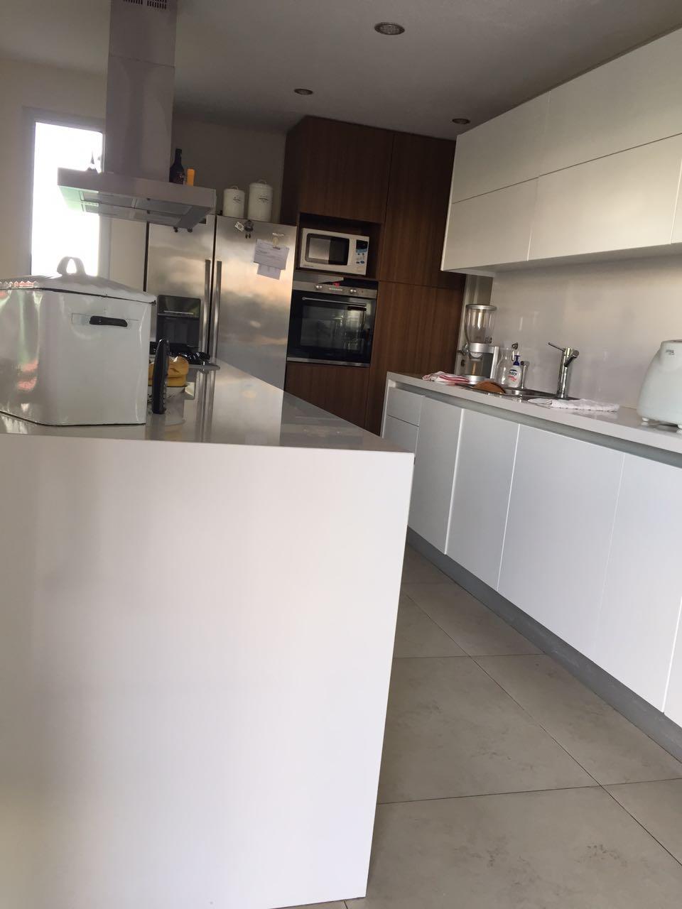 Casa en el nuevo quilmes serodino for Quincho cocina comedor